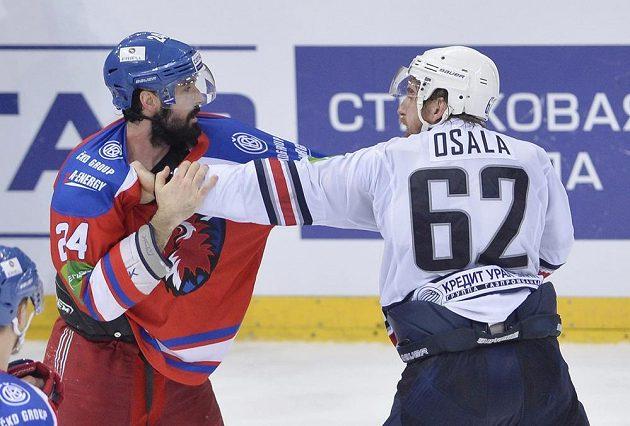 Ryan O'Byrne (vlevo) ze Lva a Oskar Osala z Magnitogorsku měří síly v pěstním souboji po skončení čtvrtého finálového utkání KHL v Praze.