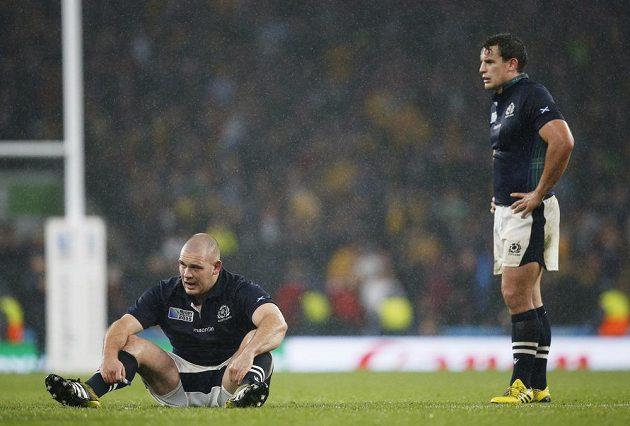 Skotský ragbista Gordon Reid (vlevo) vstřebává zklamání po porážce od Austrálie na MS.