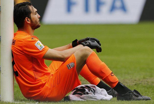 Smutný íránský brankář Alírezá Haghíghí po porážce s Bosnou a Hercegovinou.