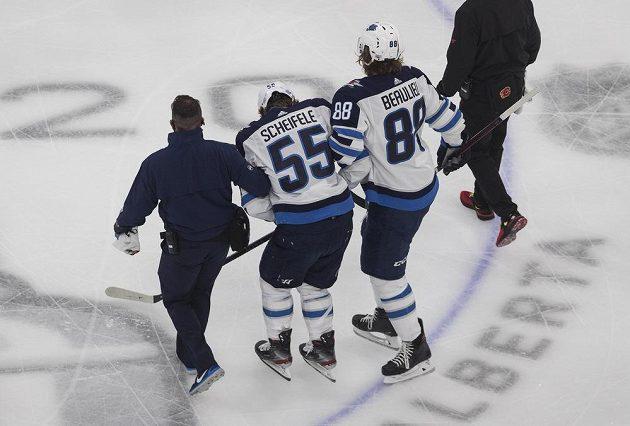 Hvězdný útočník Winnipegu Jets Mark Scheifele opustil ledovou plochu jen za pomoci doprovodu.