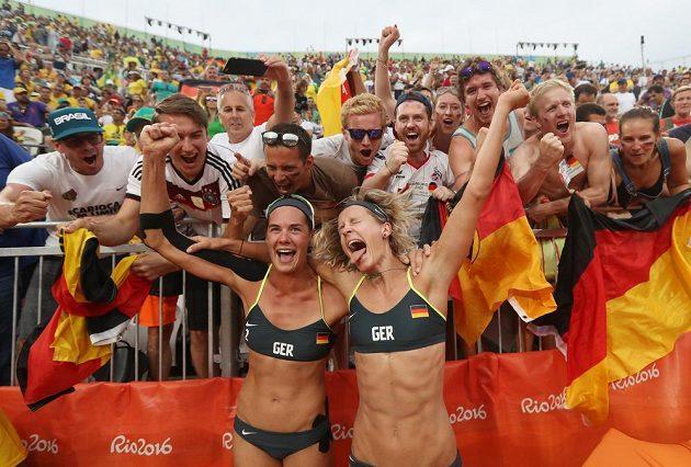 Laura Ludwigová (vpravo) a Kira Walkenhorstová se radují z postupu do finále.