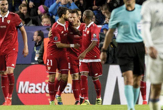 Jevhen Konopljanka (uprostřed) ze Sevilly se raduje z gólu proti Realu Madrid.