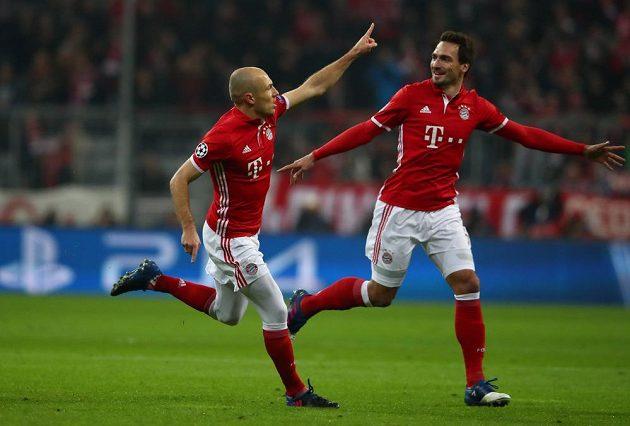 Arjen Robben z Bayernu se raduje společně s Matsem Hummelsem z gólu do branky Arsenalu.