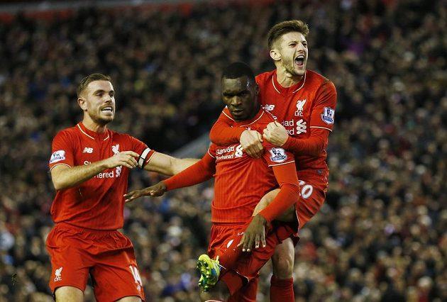 Christian Benteke (uprostřed) oslavuje se spoluhráči z Liverpoolu gól v síti Leicesteru.