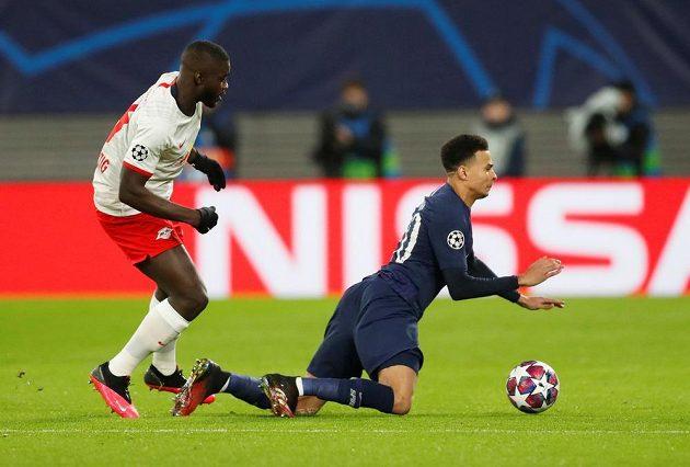 Dele Alli (vpravo) z Tottenhamu v souboji s Dayotem Upamecanem z Lipska.