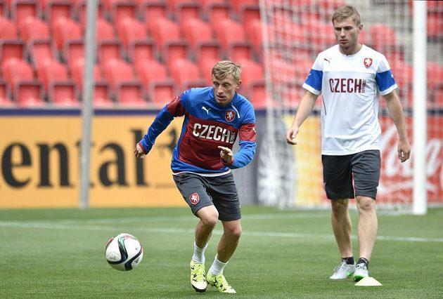 Sparťané Ladislav Krejčí (vlevo) a Jakub Brabec během tréninku před středečním utkáním ME 21 s Dánskem.