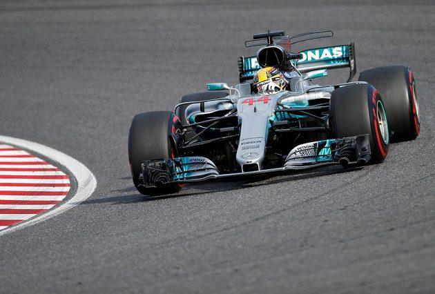 Lewis Hamilton na trati v Suzuce.