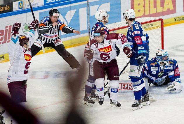 Útočník Sparty Jaroslav Hlinka (uprostřed) se raduje z gólu. Vpravo je brankář Komety Marek Čiliak během čtvrtfinále play off hokejové extraligy.