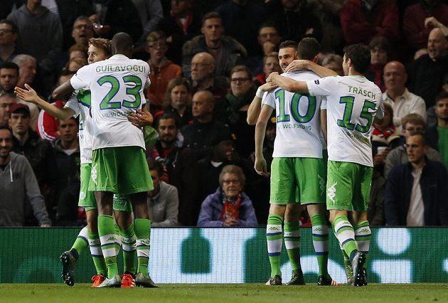 Fotbalisté Wolfsburgu se radují z gólu na stadiónu Manchesteru United v utkání Ligy mistrů.