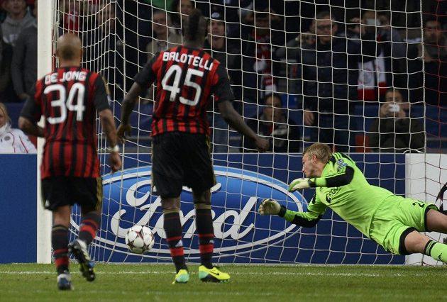 Mario Balotelli z AC Milán proměňuje penaltu v utkání proti Ajaxu.