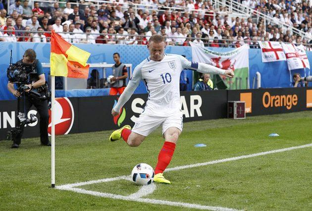 Anglický fotbalista Wayne Rooney zahrává rohový kop v duelu s Walesem.