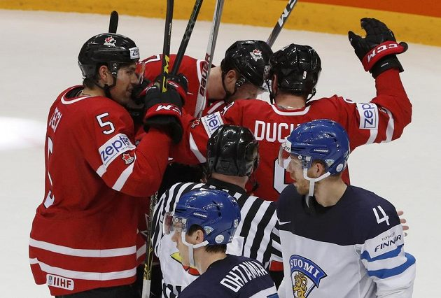 Kanaďané oslavují úvodní gól finále s Finskem.