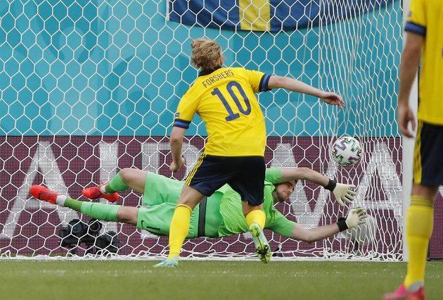 Švéd Emil Forsberg proměňuje penaltu v duelu se Slováky.