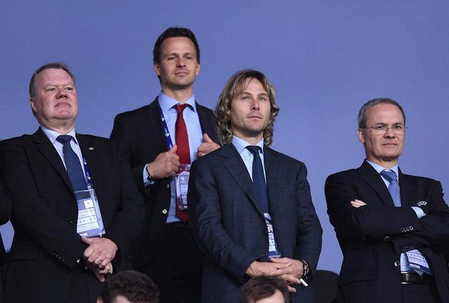 Pavel Nedvěd sleduje semifinálové utkání EURO 2015 hráčů do 21 let mezi Švédskem a Dánskem v Praze.