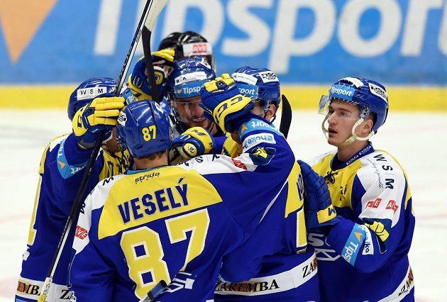 Hokejisté Zlína se radují z branky na ledě Vítkovic.