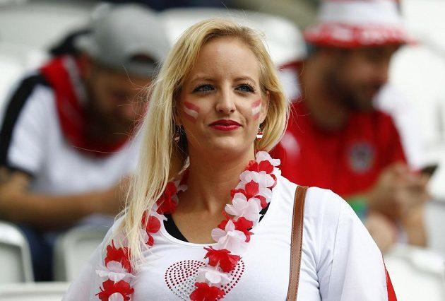 Fanynka rakouských fotbalistů sleduje duel s Maďarskem.