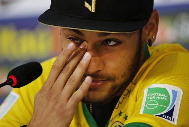 Neymar na jedné z tiskových konferencí před novináři nezadržel slzy.