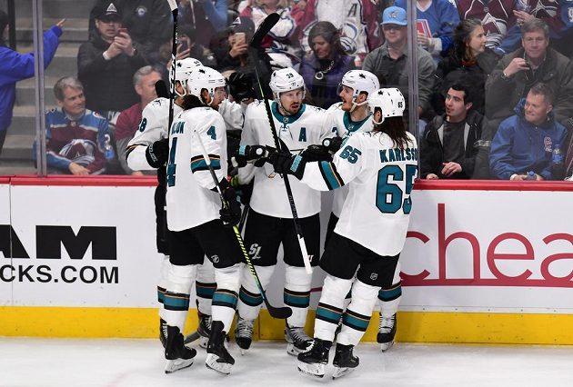 Radost hokejistů San Jose Sharks na ledě Colorada Avalanche. Logan Couture (39) zaznamenal v utkání play off NHL hattrick.
