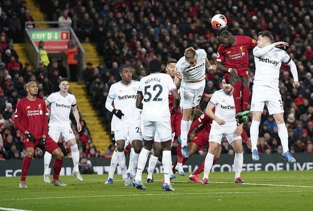 Liverpoolský útočník Sadio Mané ve vzdušném souboji s hráči West Hamu v utkání Premier League.