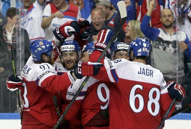 Čeští hokejisté v čele s Jaromírem Jágrem (zcela vpravo) slaví gól proti Lotyšsku, jehož autorem byl Jan Kovář (druhý zleva).