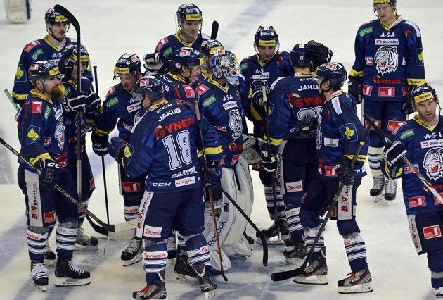 Hokejisté Liberce oslavují výhru nad Slavií.