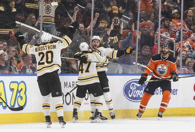 Hokejisté Bostonu Joakim Nordström (20), Torey Krug (47) a David Pastrňák (88) oslavují vítězný gól v prodloužení proti Edmontonu.