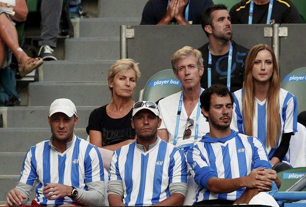 Lóže nejbližších Tomáše Berdycha sleduje jeho boj se Stanislasem Wawrinkou. V horní řadě sedí rodiče spolu s tenistovou přítelkyní Ester Sátorovou, dole je realizační tým v čele s Tomášem Krupou.