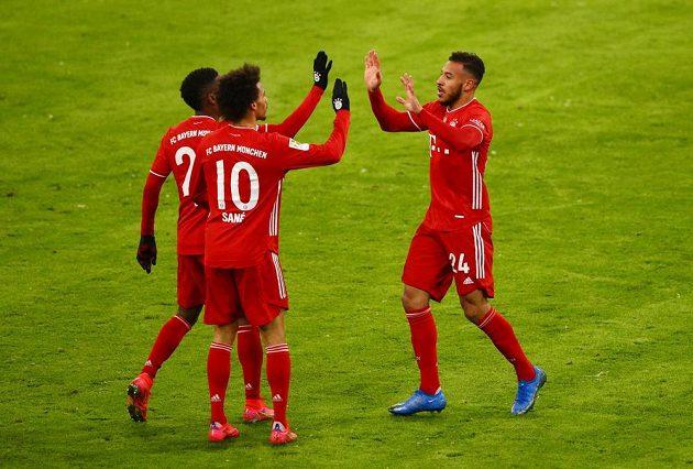 Fotbalisté Bayernu Mnichov se radují z branky do sítě Bielefeldu