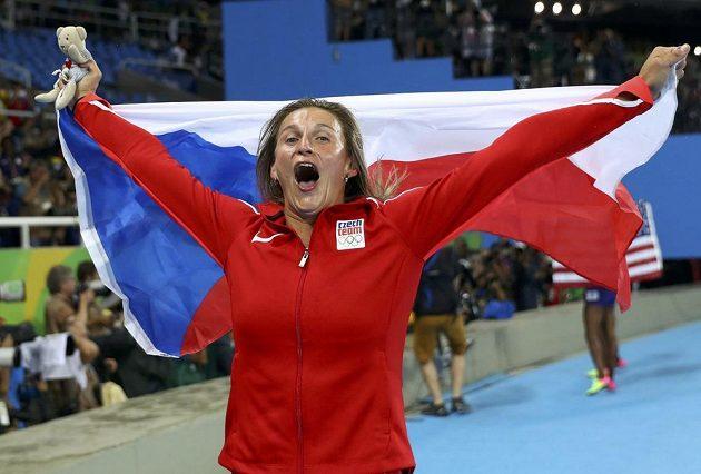 Oštěpařka Barbora Špotáková se raduje ze zisku bronzové medaile na OH v Riu.