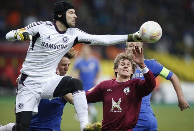 Brankář Petr Čech z Chelsea zasahuje před nabíhajícím Vladimírem Djadjunem z Kazaně.
