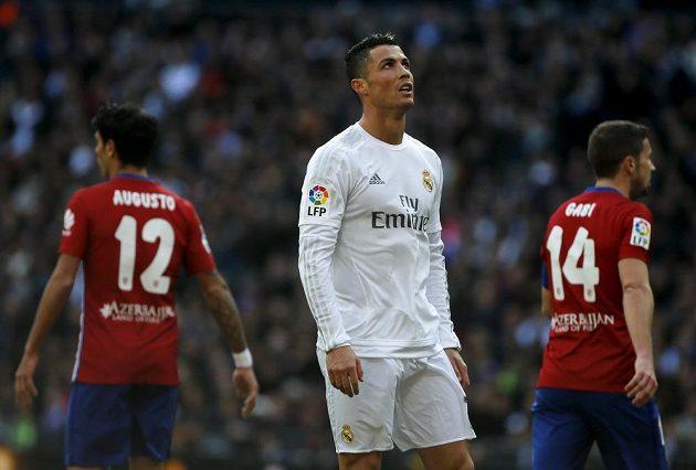 Cristiano Ronaldo z Realu Madrid během derby s Atlétikem.