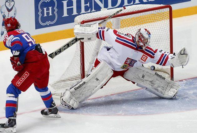 Vladislav Kartajev střílí gól českému brankáři Dominiku Furchovi.