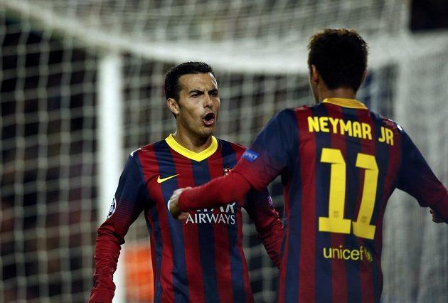 Útočníci Barcelony Pedro Rodríguez (vlevo) a Neymar se radují z gólu v utkání proti Celtiku.