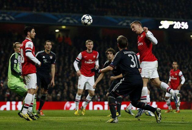 Lukas Podolski (druhý zprava) střílí gól Arsenalu v duelu Ligy mistrů s Bayernem Mnichov.