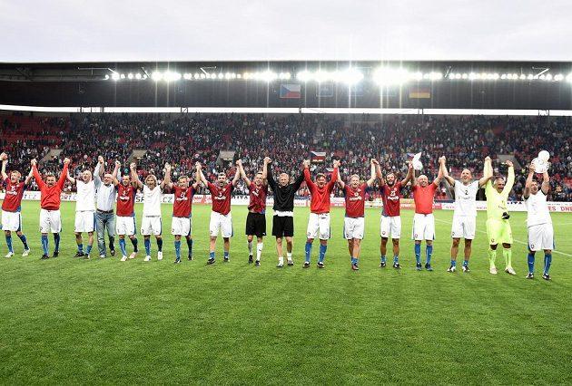 Čeští fotbalisté děkují fanouškům za podporu po výhře nad Německem.