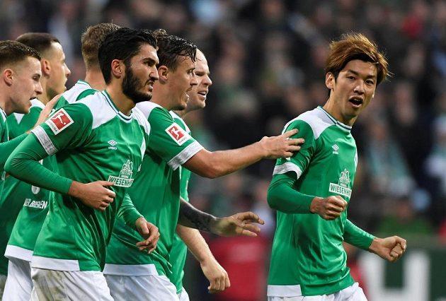 Fotbalisté Werderu se radují z vyrovnávací branky proti Bayernu