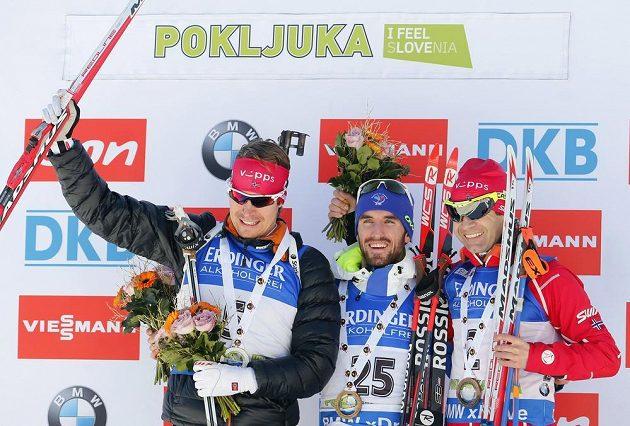 Vítěz závodu s hromadným startem Jean Gauillaume Beatrix (uprostřed), vlevo druhý Nor Emil Hegle Svendsen a třetí jeho krajan Ole Einar Björndalen.