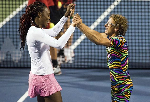 """Americká tenistka Venus Williamsová tancuje s Kanaďanem Andym Rimerem přezdívaným """"Spandy Andy""""."""