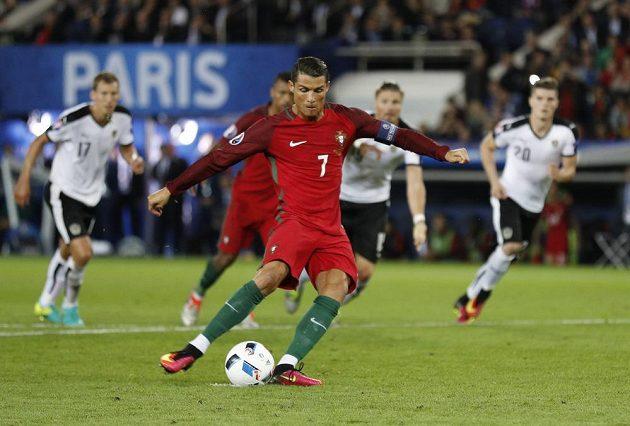 Cristiano Ronaldo zahrává v zápase proti Rakousku pokutový kop...