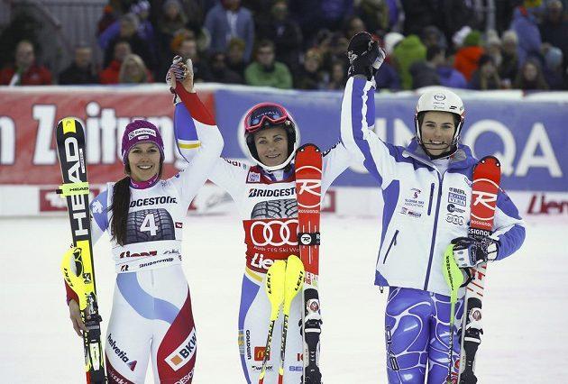 Uprostřed vítězka slalomu v Lienzu Frida Hansdotterová, vlevo druhá Švýcarka Wendy Holdenerová a třetí Petra Vlhová ze Slovenska.
