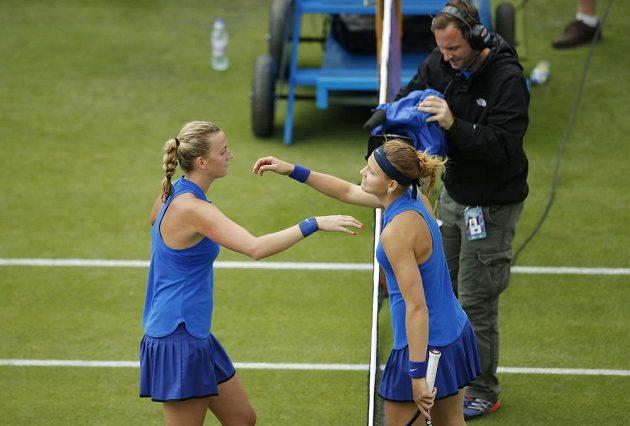 Vítězná Petra Kvitová (vlevo) a Lucie Šafářová po utkání prvního kola v Birminghamu.