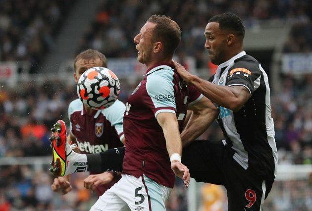 Obránce West Hamu Vladimír Coufal si kryje míč před Callumem Wilsonem z Newcastlu.