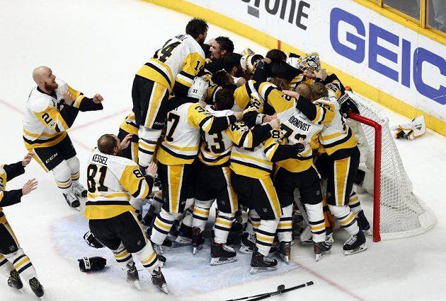 Hotovo! Hokejisté Pittsburghu Penguins vyhráli na ledě Nashvillu Predators a můžou slavit obhajobu Stanley Cupu.