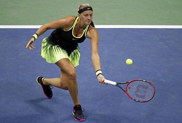 Petra Kvitová dobíhá míčem v osmifinále US Open s Němkou Angelique Kerberovou.