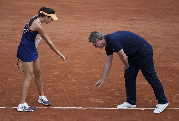 Srbka Ana Ivanovičová se dohaduje s rozhodčím o sporném míčku během duelu proti Lucii Šafářové.