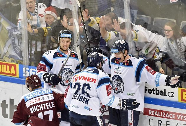 Autor čtvrtého gólu Liberce Jaroslav Vlach (vpravo) se raduje se spoluhráči Petrem Jelínkem a Michalem Bulířem.