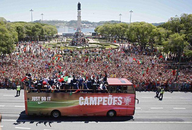 Triumfální jízda portugalských fotbalistů ulicemi Lisabonu.