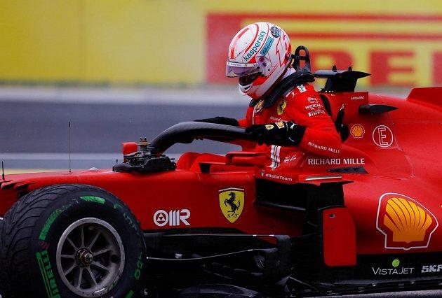 Pilot Ferrari Charles Leclerc opouští vůz na Hungaroringu.