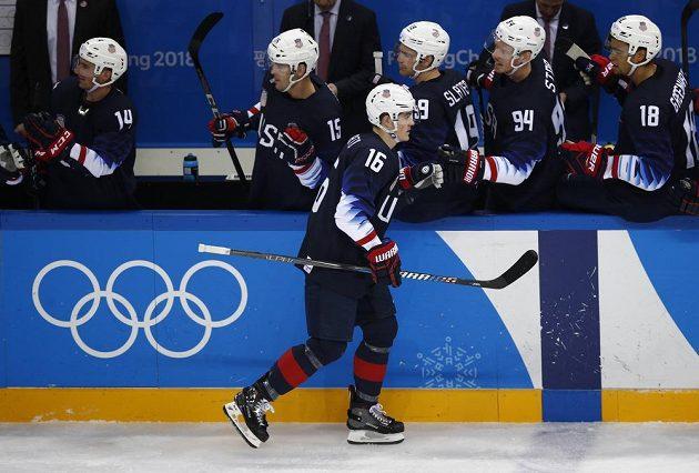 Ryan Donato se dělí se spoluhráči z týmu USA o radost z trefy v utkání se Slovenskem.
