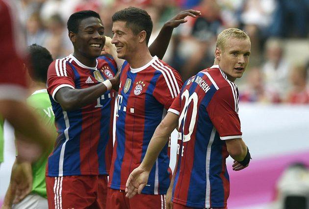 Robert Lewandowski (uprostřed) už střílí góly za Bayern. Gratulují mu David Alaba a Sebastian Rode (vpravo).